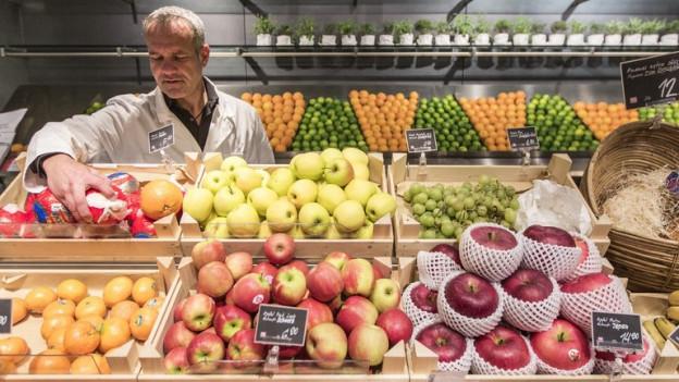 Ein kantonaler Lebensmittelkontrolleur – hier ein Bild von 2013 – kontrolliert in der Stadt Bern Früchte.
