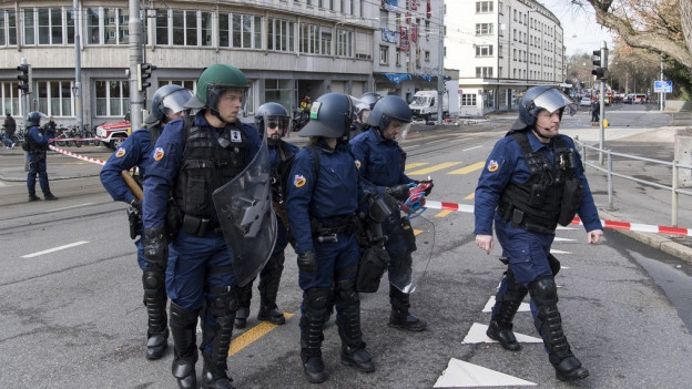 Ein Grossaufgebot der Polizei war nötig, um die Liegenschaft zu räumen.