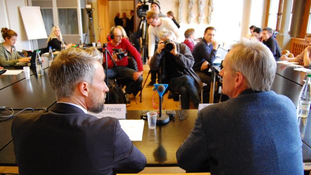 Grosses Medieninteresse: Justizvollzugschef Thomas Freytag und UPD-Direktor Werner Strik informieren im Fall Kneubühl.
