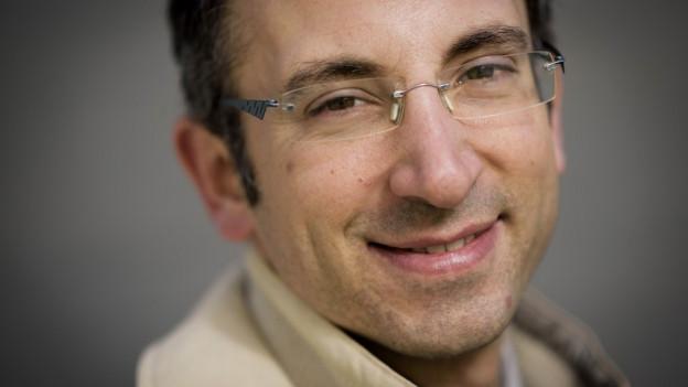 Frédéric Favre ist 37 Jahre alt, wohnt in Vétroz, ist Personalchef der Migros Wallis und Vater von drei kleinen Kindern.