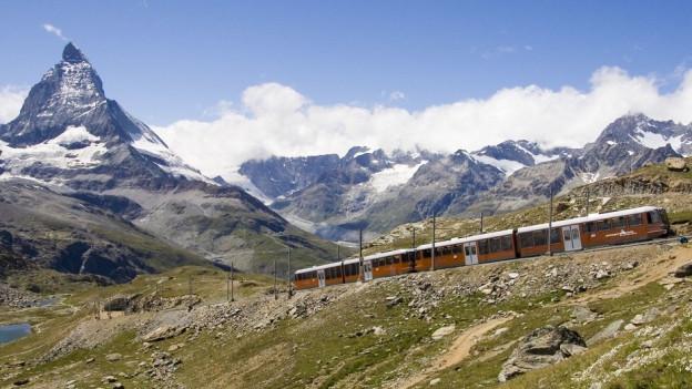 Gornergratbahn mit dem Matterhorn im Hintergrund