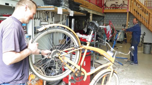 Fahrräder flicken statt Langeweile - Blick in die Werkstatt.