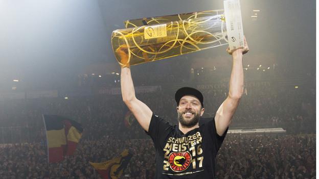 Der Kübel ist da: Die SCB-Siegermannschaft trifft in Bern ein.
