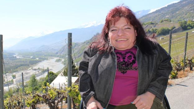 Vanessa Grand vor ihrem Zuhause in den Rebbergen von Leuk.
