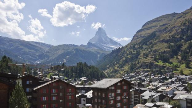 Die Anklage gegen den ehemaligen Leiter der Zermatter Wasserwerke und gegen einen Schreiner lautet auf gewerbsmässigen Betrug und mehrfache Urkundenfälschung.
