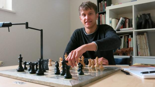 Portrait Noël Studer vor einem Schachbrett