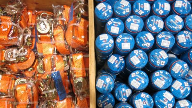 Spanset neben Gaskartusche – allerlei Material wird in Lyss verkauft.