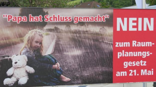 Dieses Plakat schockiert viele Politiker, selbst Gegner des Raumplanungsgesetzes.