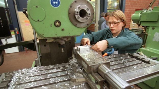 Ein Maschinenbau-Lehrling an der Arbeit.