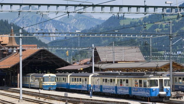 Blau-weisse Züge stehen im Bahnhof Zweisimmen
