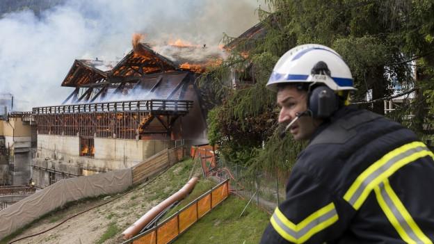 Die alte Sporthalle in Verbier steht in Brand.