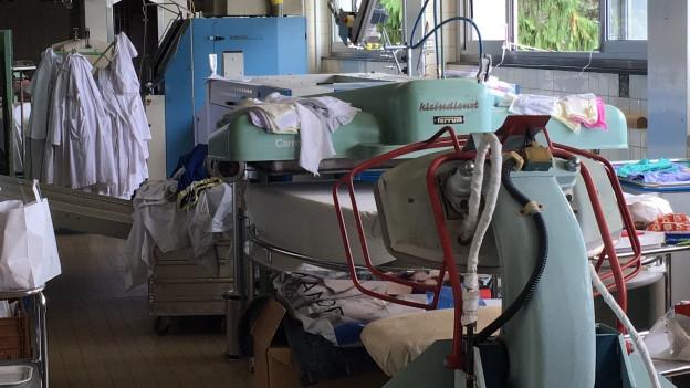 In einem Teil der Wäscherei stehen die Maschinen still.