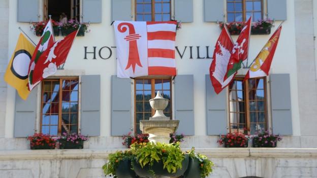 Die Jura-Fahne weht vom Rathaus in Moutier.