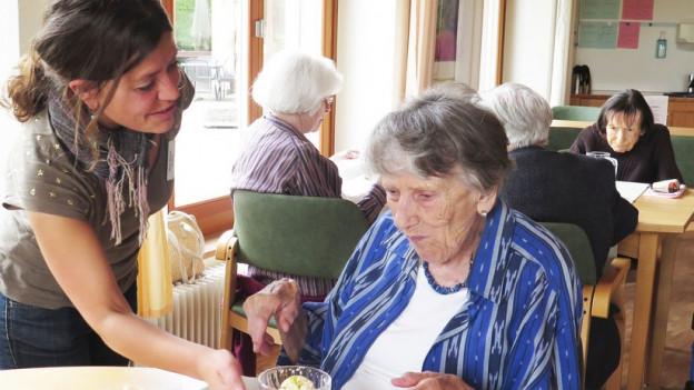 Etha Varone geniesst den Kontakt mit den Bewohnerinnen und Bewohnern des Altersheims.