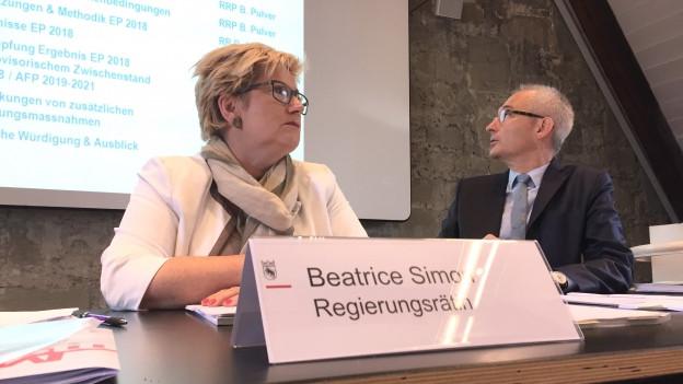 Finanzdirektorin Beatrice Simon und Regierungspräsident Bernhard Pulver stellen die Sparmassnahmen vor.