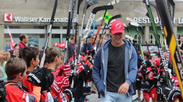 Nico Hischier wird in Naters von seinen Fans empfangen.