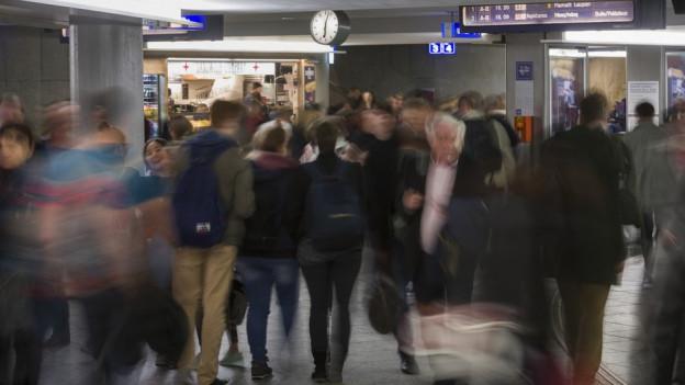 Bahnhof Bern um 18 Uhr, volle Unterführung