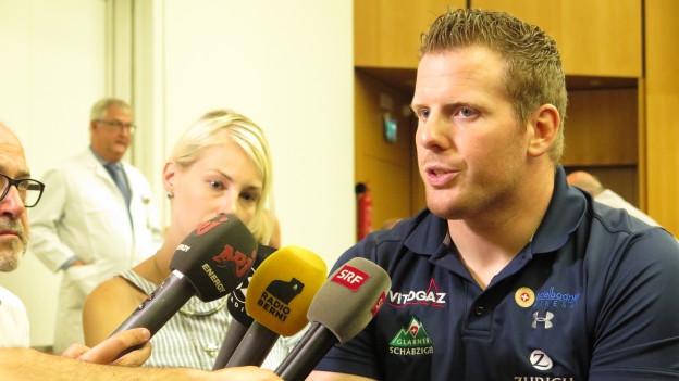 Matthias Glarner umringt von Journalisten