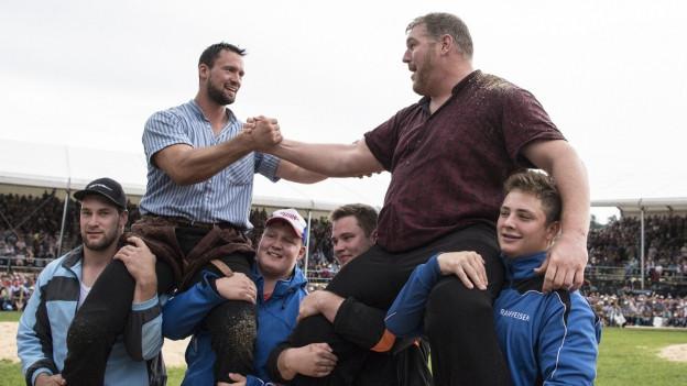 Kilian Wenger (l.) und Christian Stucki gratulieren sich, sie werden von jungen Männern auf den Schultern getragen