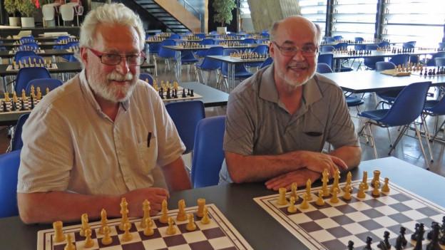 Portrait Peter Bohnenblust und Peter Burri, vor ihnen je ein Schachbrett