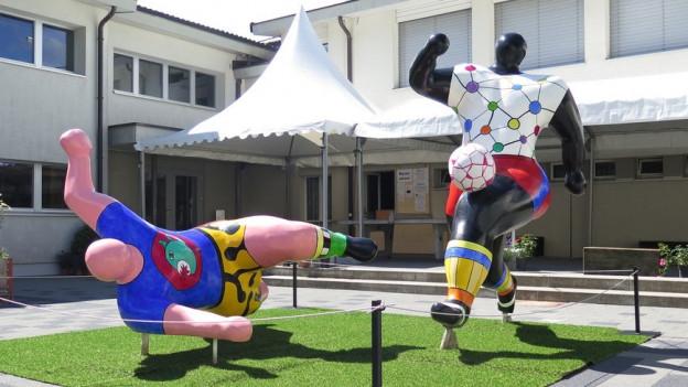 Hochkarätige Kunst im Dorf: Skulptur von Niki de Saint Phalle.