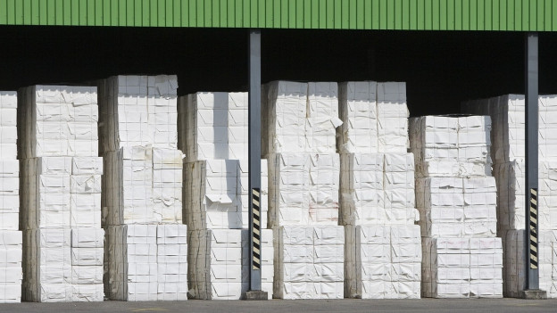 Fabrikgelände, aufgestapeltes Papierkartons