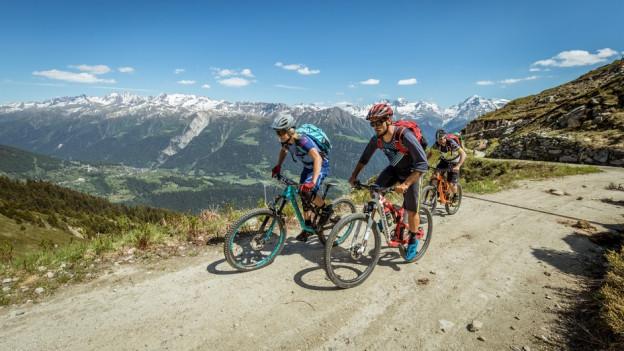 Die Mountainbiker müssen zahlreiche Anstiege bewältigen: insgesamt 4700 Höhenmeter.