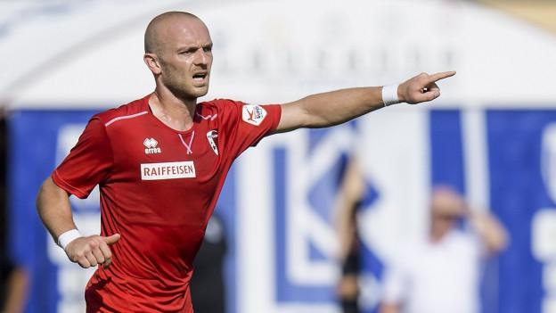 Marco Schneuwly auf dem Fussballplatz, linke Hand ausgestreckt