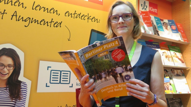 Susanne Obermayer stöbert in Freiburg in den neusten Lehrmittel.
