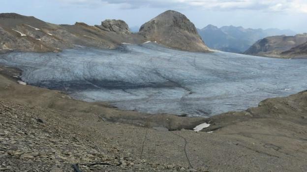 Gletscher, Seile am Boden, ein Pfosten mit einem roten Ende