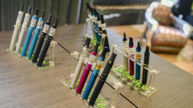 E-Zigaretten (Bild) werden leicht mit Tabakerhitzungsgeräten verwechselt.