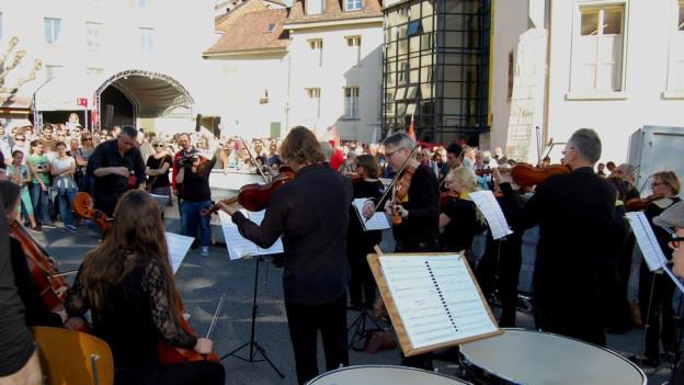 Wiederholt sich die Geschichte? Protest-Konzert des Orchesters Biel-Solothurn am 23.4.2015 vor dem Stadtratssaal Biel.