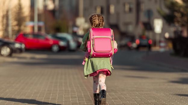 So ist es richtig: Das Kind läuft zur Schule.