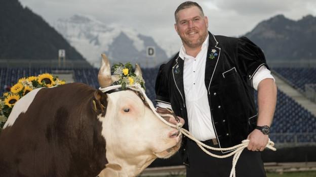 Zwei ganz Stolze: Christian Stucki präsentiert den Siegerstier Gottlieb.