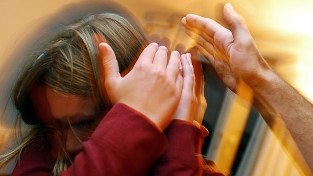 Hand droht Kind (Symbolbild)