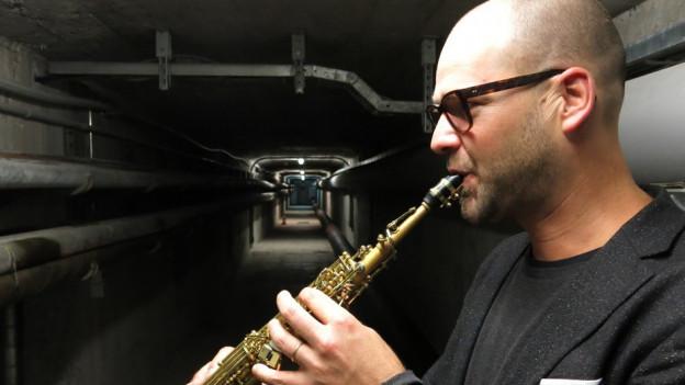 Der Saxophonist Christian Kobi spielt in der Lorrainebrücke.