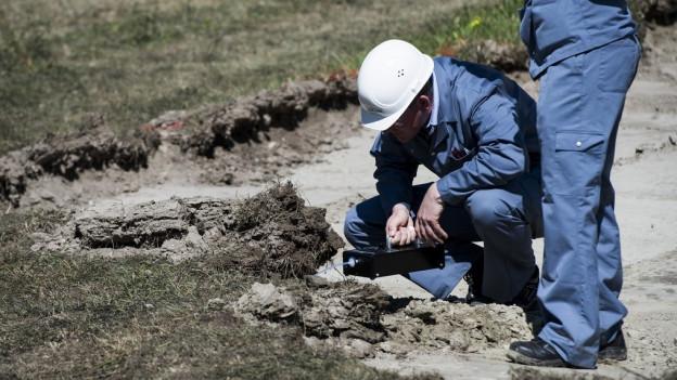 Experten untersuchen den Boden bei Visp – eine kostspielige Sache.