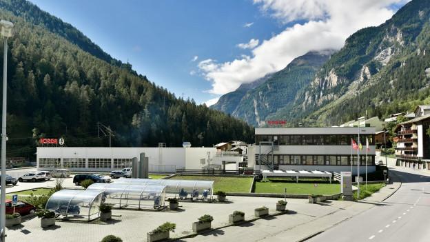Industriegebäude in Bergumgebung.