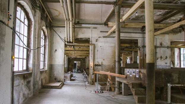 Die alte Fabrikhalle ist die Bühne für die Künstlerinnen und Künstler.