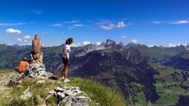 Zwei Leute auf einem Berggipfel