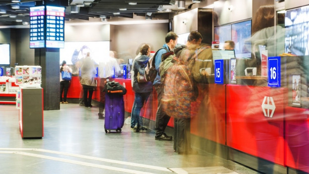 Leute im Reisezentrum im Bahnhof Bern