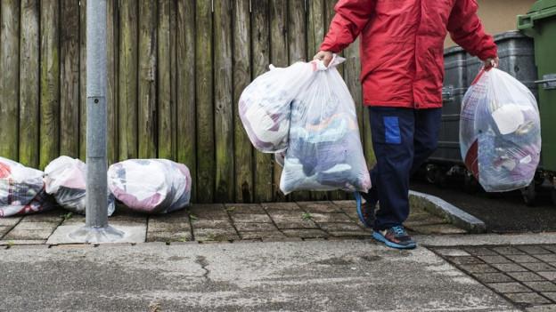 Alt-Kleider als Goldgrube: Die Post, wie auch Samaritervereine wollen damit Geld verdienen.
