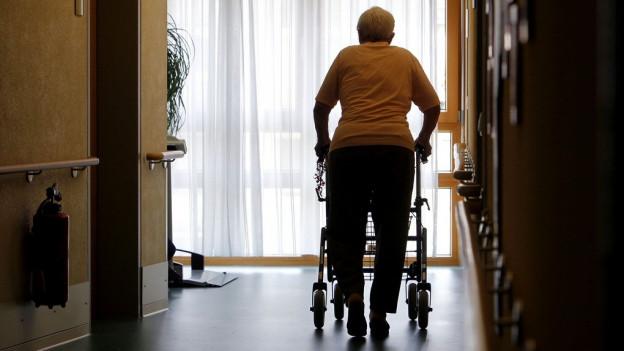 Rentnerinnen und Rentner wissen zum Teil nicht, wie sie ihre Steuerrechnung bezahlen sollen.