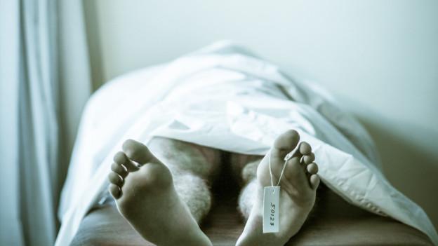 Bevor die Leiche ins Krematorium gebracht wird, wird sie nochmal vom Institut für Rechtsmedizin Bern untersucht.