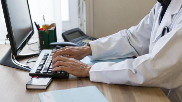 Arzt am Computer.