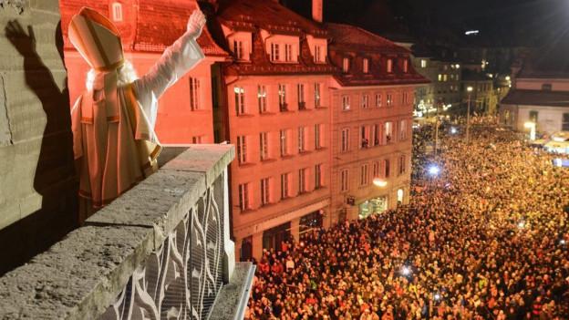 Tausende sind beim Sankt Nikolaus-Umzug in Freiburg dabei.