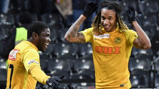 Roger Assale (links) und Kevin Mbabu feiern den Treffer zum 2:1.