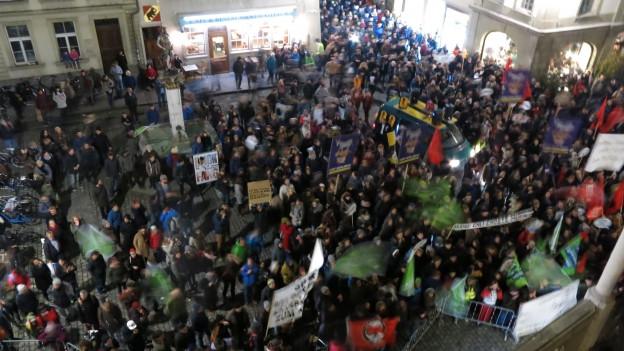 Demonstrierende auf dem Berner Rathausplatz, Blick von oben