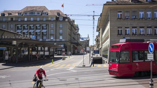 Tram und Velofahrer am Casinoplatz in der Stadt Bern