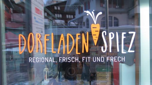 Schaufenster mit Aufschrift Dorfladen Spiez «regional, frisch fit und frech»